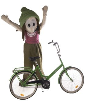SAKU-maskotti poseeraa polkupyörän kanssa tuulettaen.