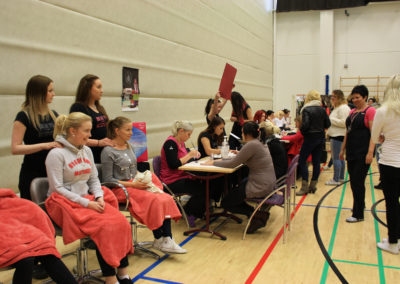 Opiskelijat liikuntasalissa messutapahtumassa.