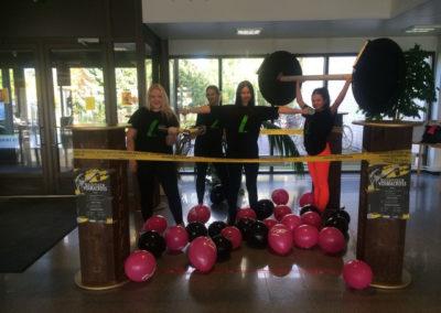 Opiskelijat rakentaneet oppilatoitoksen aulaan liikuntanurkkauksen nimeltä Koistisen voimacross..