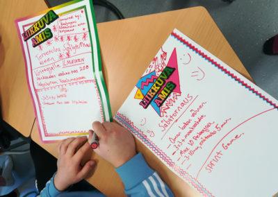 Liikkuva amis -julisteita, joihin kirjoitettu erilaisia liikkumisideoita, kuten Säbäturnaus.