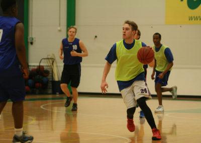 Opiskelijat pelaavat koripalloa liikuntasalissa.