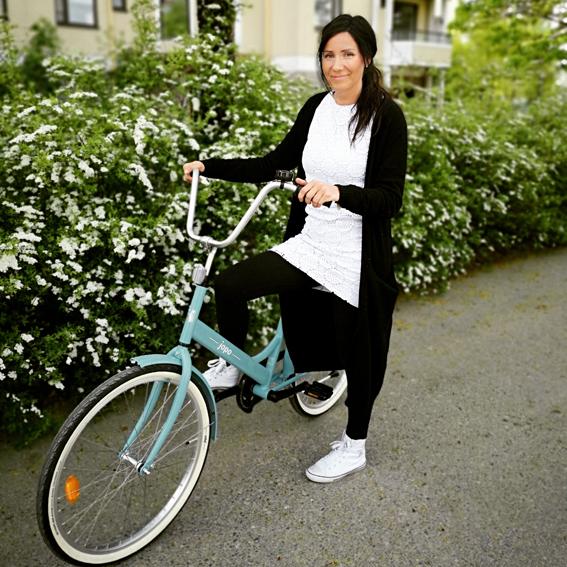 Henkilö polkupyörän kanssa.
