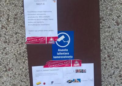 Seinälle kiinnitetty oppilaitossuunnituksen tehtäviä ja ohjeita.