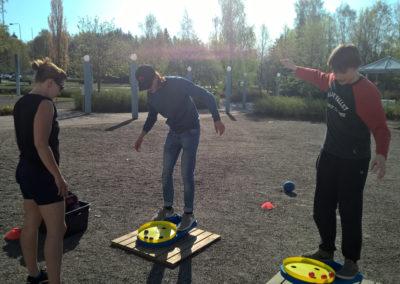 Opiskelijat tasapainoilee koulun pihalla.
