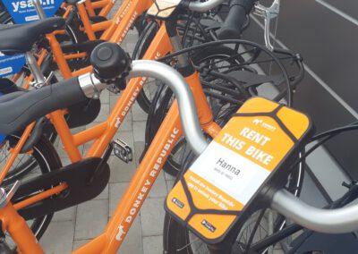 PItkä rivi vuokrattavia polkupyöriä.