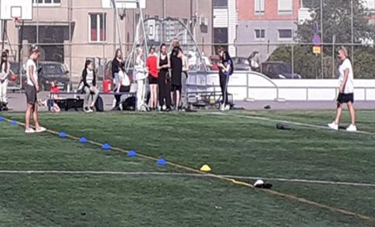 Oppilaita urheilukentällä