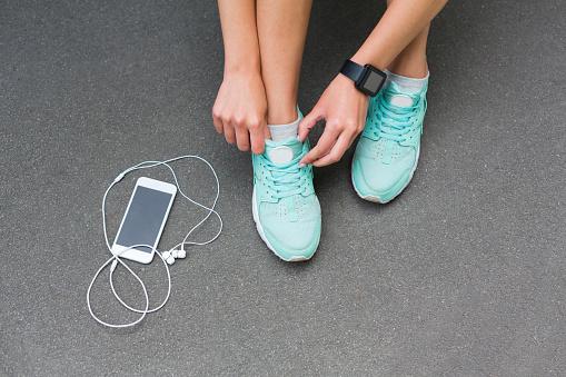 kengät, kännykkä ja kuulokkeet